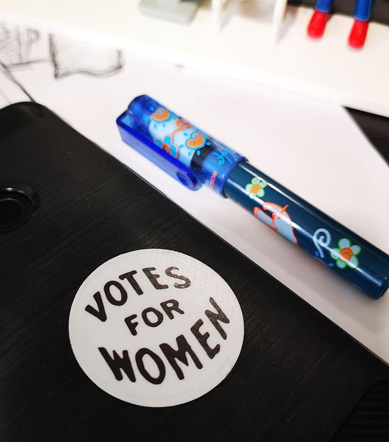sticker reposicionable VOTES FOR WOMEN